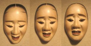 800px-Three_pictures_of_the_same_noh_'hawk_mask'_showing_how_the_expression_changes_with_a_tilting_of_the_head